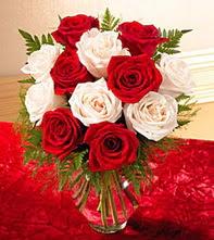Düzce İnternetten çiçek siparişi  5 adet kirmizi 5 adet beyaz gül cam vazoda