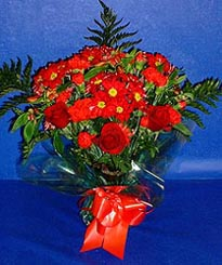 Düzce anneler günü çiçek yolla  3 adet kirmizi gül ve kir çiçekleri buketi