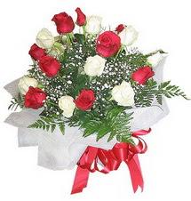 Düzce uluslararası çiçek gönderme  12 adet kirmizi ve beyaz güller buket