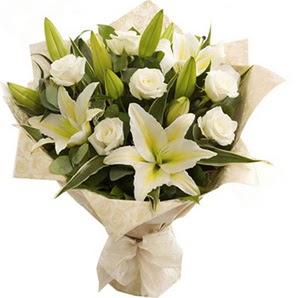 Düzce çiçek yolla  3 dal kazablanka ve 7 adet beyaz gül buketi
