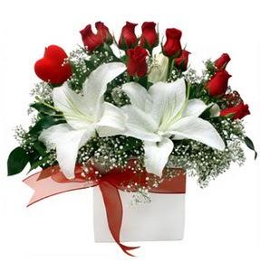 Düzce hediye sevgilime hediye çiçek  1 dal kazablanka 11 adet kırmızı gül vazosu