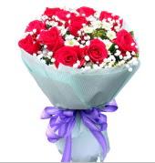 12 adet kırmızı gül ve beyaz kır çiçekleri  Düzce hediye sevgilime hediye çiçek