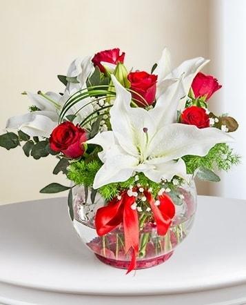 Fanus Vazoda 2 Lilyum ve 5 Gül Dansı  Düzce online çiçek gönderme sipariş