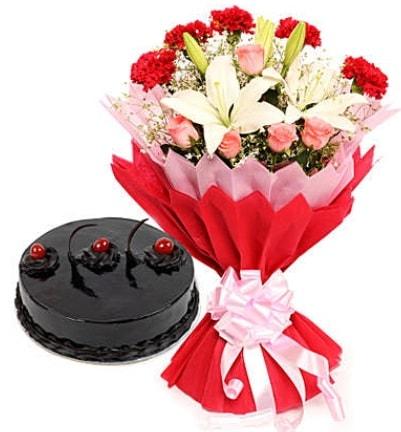 Karışık mevsim buketi ve 4 kişilik yaş pasta  Düzce hediye sevgilime hediye çiçek